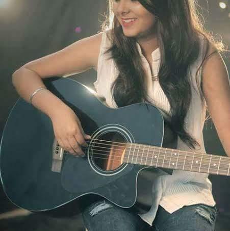 girl-with-guitar-whatsapp-dp