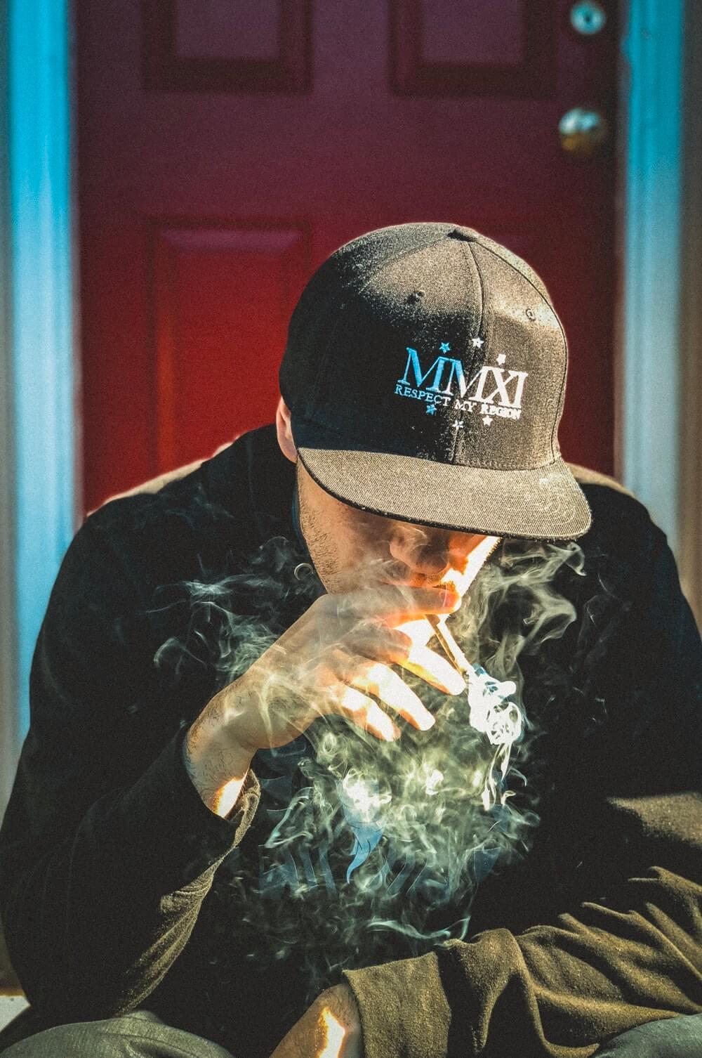 anak laki-laki perokok sedih